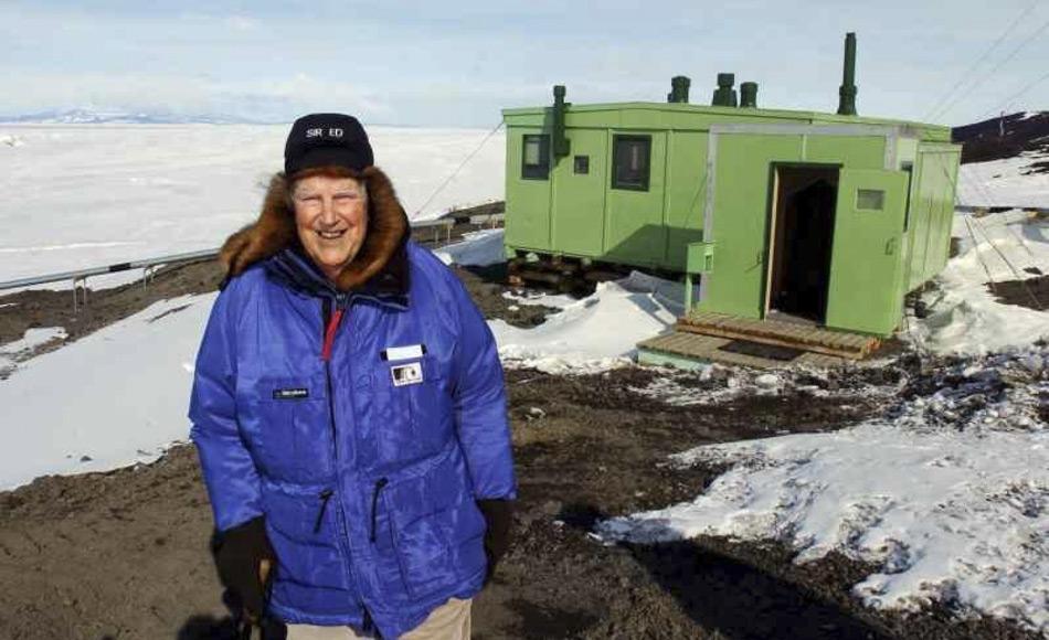 Sir Edmund Hillary, der das neuseeländische Team der 1957 Commonwealth Trans-Antarctic Expedition (TAE) leitete, kehrte 2007 zum letzte Mal zum Scott Base zurück. Er und sein Team bauten die TAE-Hütte im Jahre 1957 und überwinterten dort. (Foto: P. Reid)
