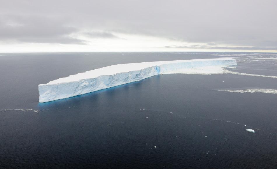Tafeleisberge entstehen, wenn Teile eines Eisschelfs abbrechen und mit der umliegenden Strömung verdriftet werden. Ein Eisschelf selbst ist die Zunge von mehreren Gletschern, die im Küstenbereich Antarktikas zusammenfliessen und eine riesige Eisfläche bilden. Bild: Michael Wenger
