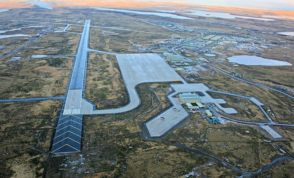 Der Mount Pleasant Airport auf den Falkland Inseln wird von der RAF verwaltet betrieben, erlaubt aber auch zivilen Maschinen zu landen. Der Flughafen wurde 1985 eröffnet und ein Jahr später in Betrieb genommen. Bild: Donald Morrisson