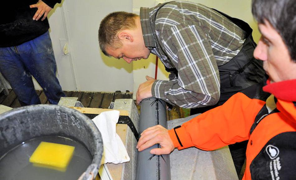 Dr. Claus-Dieter Hillenbrand und Dr. James Smith (beide BAS) analysieren einen Bohrkern an Bord der Polarstern. Die Proben wurden erst jetzt analysiert und evaluiert. Bild: James Smith / BAS