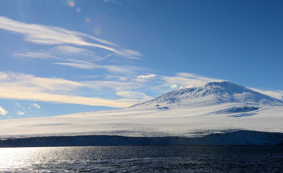 Erebus ist ein immer noch aktiver Vulkan im Rossmeergebiet Antarktikas. Er ist 3'794 Meter hoch und einer von drei Vulkanen auf Ross Island. Er gilt als der südlichste aktive Vulkan der Welt. Bild: Michael Wenger