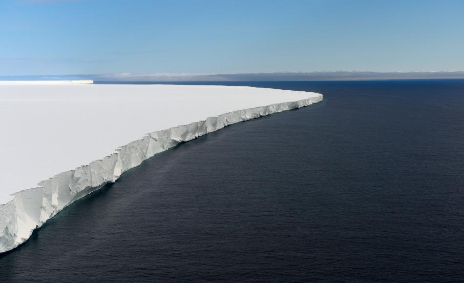 Grosse Tafeleisberge wie der A68 bilden sich, wenn Teile eines Eisschelfs abbrechen und langsam um die Antarktis driften. Eisschelfe wie das Rosseisschelf bilden dabei die Gletscherausflüsse ins Meer. Bild: Michael Wenger