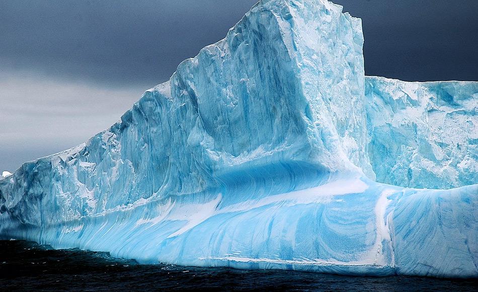 Eisberge, die von Eisschelfen abbrechen, sind normalerweise oben tafelförmig, unten aber spitz zulaufend. Dadurch entstehen Spuren auf dem Boden vor den Abbruchkanten, wenn die Eisberge wegtreiben. Bild: Michael Wenger