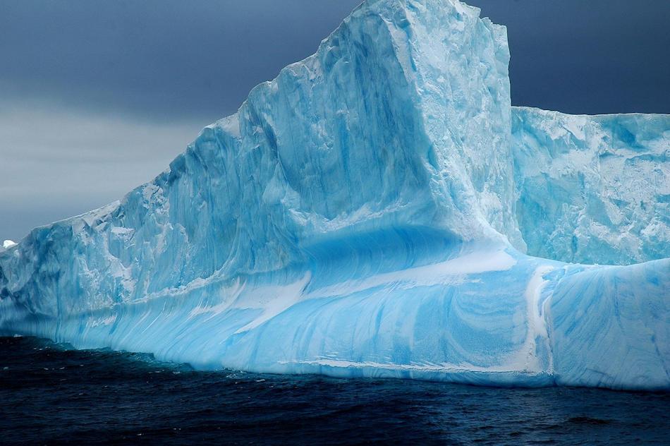 Eisberge sind ein Zeichen von wachsenden oder schmelzenden Gletschern. In der Antarktis sind einige der Gletscher richtige Eisbergproduzenten rund um den Kontinenten. In der Arktis stammen die meisten aus Grönland. Bild: Michael Wenger