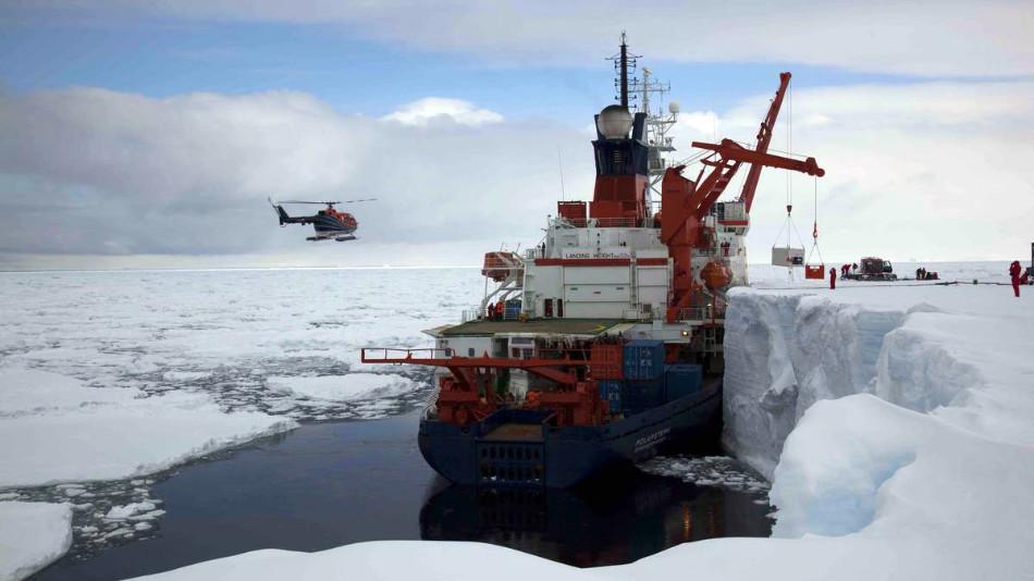 Die Polarstern an der Schelfeiskante in der Atka-Bucht (Bild: Frank Roedel / AWI)