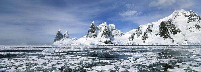 Auf der Antarktischen Halbinsel ist der Schwund des Eisschelfs durch die warmen Sommerwinde verursacht.