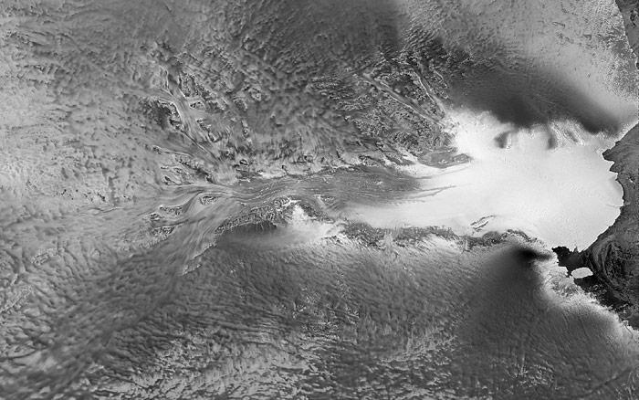 Der Lambert Gletscher in der Ostantarktis ist mit 420 km Länge und 90 km bis 130 km Breite der längste und grösste Gletscher der Erde.