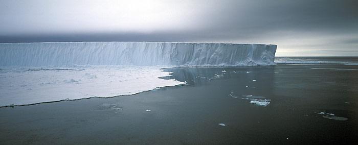 Eisschelfs sind wichtige Bremsen für die Gletscher, durch deren Abschmelzen erhöhen sich die Fliessgeschwindigkeiten der Gletscher.