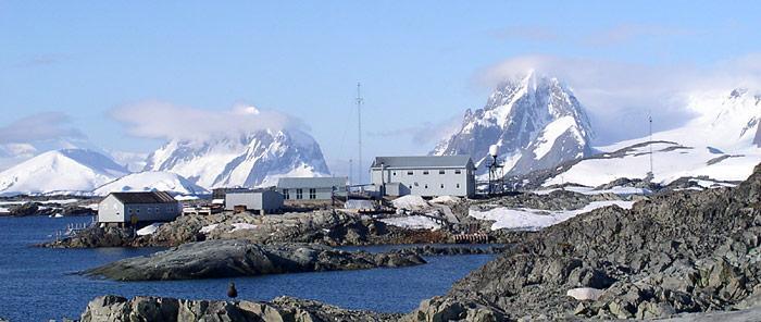 Hier wurde 1985 von einem englischen Forscherteam das Ozonloch entdeckt. Die damalige Faraday-Station der British Antarctic Survey  wurde im Jahr 1996 zum symbolischen Preis von einem englischen Pund an die Ukraine zum übergeben und wird heute unter dem Namen Vernadsky-Station geführt.