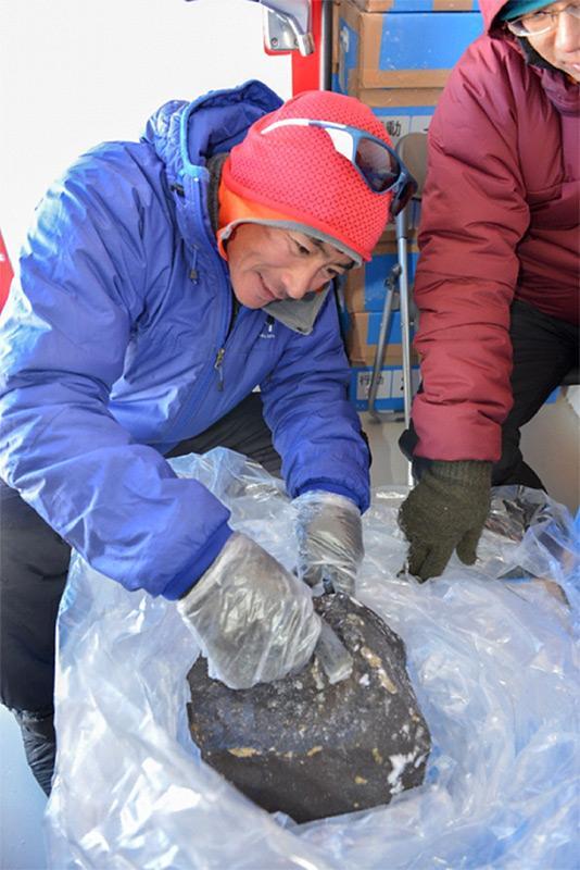 Der Meteorit, der schwerste seit 25 Jahren in dem Gebiet, wird verpackt und nach Japan geschickt zur weiteren Untersuchung im Rahmen des US- und japanisch-geführten Meteoriten-Projekts. (Foto: International Polar Foundation)