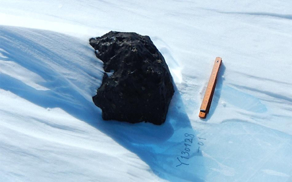 Der 18 kg-Meteorit, der von der belgisch-japanischen SAMBA-Gruppe während einer Expedition auf dem Nansen Eisfeld, 140 km südlich der Princess Elisabeth Antarctica Station gefunden wurde (Foto: International Polar Foundation)