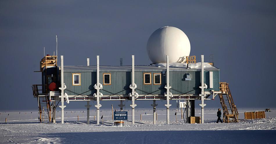 Die Summit Station befindet sich auf dem höchsten Punkt des grönländischen Eisschildes auf einer Höhe von 3216 Meter über Meer. Hier befindet sich seit 1989 die ständig besetzte Station, die eine Winterbesatzung von fünf Personen hat, während im Sommer bis zu 55 Personen anwesend sind.