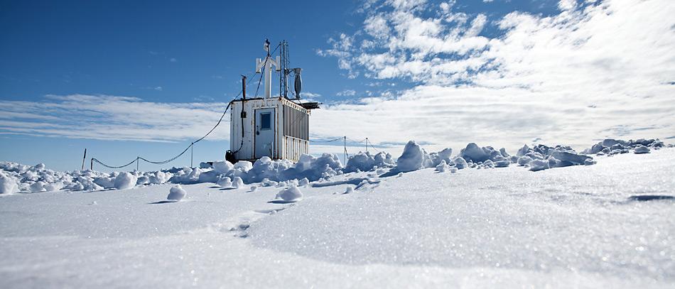 Das «Perennial Acoustic Observatory in the Antarctic Ocean» (PALAOA) zeichnet kontinuierlich die Unterwassergeräuschkulisse nahe der Schelfeiskante auf. Die Daten werden über einen WLAN Link zur 13 km entfernten Neumayer Station übertragen, dort zwischengespeichert und als hoch komprimierter Livestream via Satellit nach Bremerhaven übertragen. Foto: Thomas Steuer, AWI
