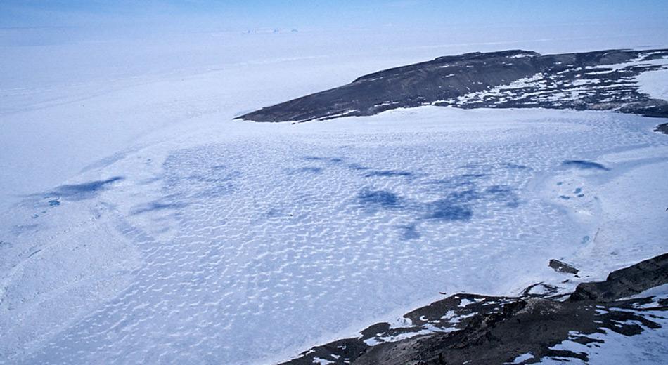 Unter dem Eis liegt der 2 km lange, 1,5 km breite und 93,4 m tiefe Hodgson-See und dürfte mehr als 100'000 Jahre von der Aussenwelt abgeschnitten sein.
