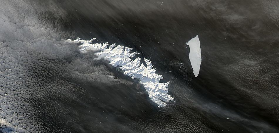 Der Eisberg A-38B war einst Teil des noch grösseren A-38, der 1998 vom Ronne-Eisschelf an der antarktischen Küste abgebrochen war und vor seiner Reise durch den Ozean noch in zwei Teile zerfiel, bevor er 2004 bei South Georgia strandete.
