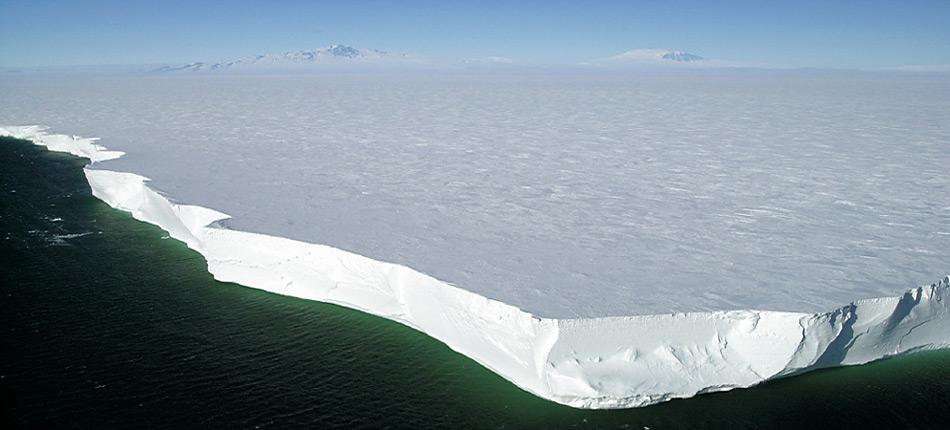 Das Ross Ice Shelf, im Hintergrund sind der Mount Terror und Mount Erebus auf Ross Island zu sehen.