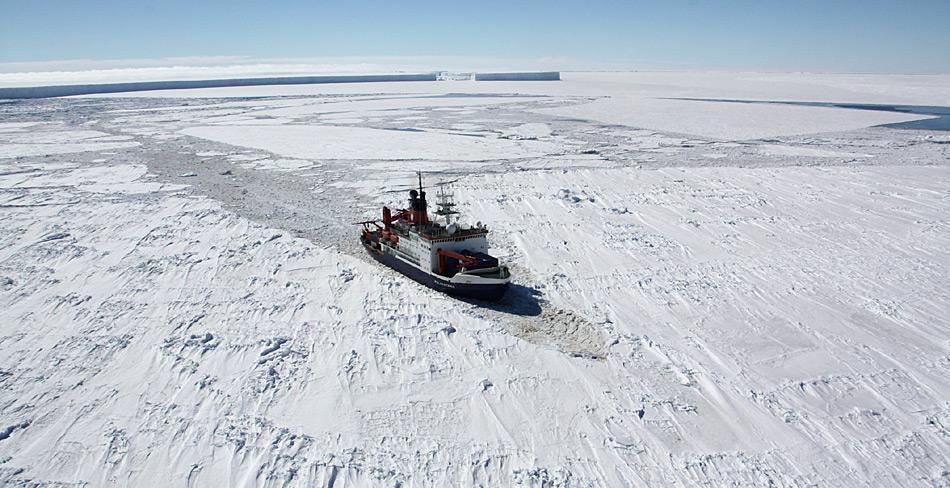 Der derzeitige Forschungseisbrecher Polarstern in der Antarktis. Foto: Folke Mehrtens, AWI