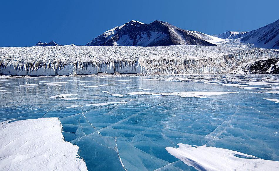 Unter dem blauen Eis des Fryxell-Sees in der Antarktis liegen Mikrobenrasen, die im Sommer Sauerstofftaschen auf dem Seegrund bilden. Bild Joe Mastroianni, NSF