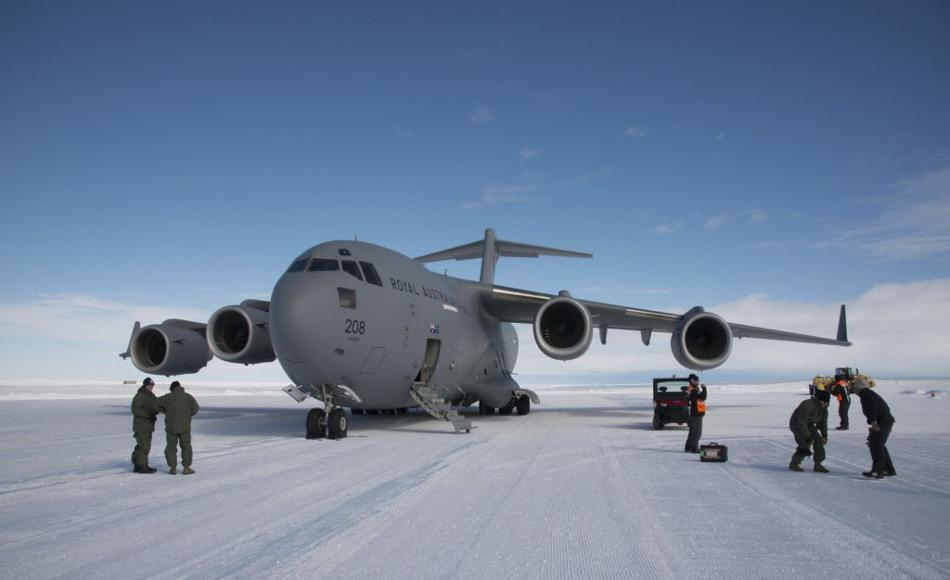 Das Transportflugzeug der Königliche australische Luftwaffe (RAAF) der C-17A Globemaster III transportiert Krill in viereinhalb Stunden vom Wilkins Flugfeld nach Hobart in Tasmanien. (Foto: Glenn Jacobson)
