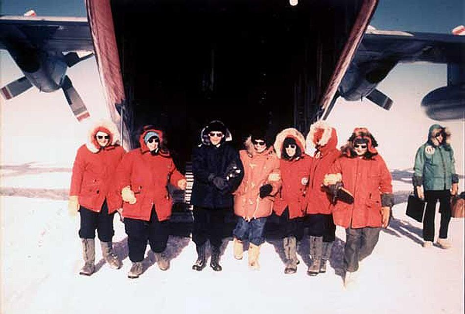 Die ersten Frauen, die ihre Füsse im November 1969 auf den Südpol setzen waren (von links nach rechts): Pamela Young, Lois Jones, Terry Tickhill, Eileen McSaveney, Kay Lindsay und Jean Pearson zusammen mit Konteradmiral D. F. Welch. Credit: Konteradmiral Kelly Welch, der diese offiziellen US Marine Bilder zur Verfügung stellte (www.southpolestation.com ).