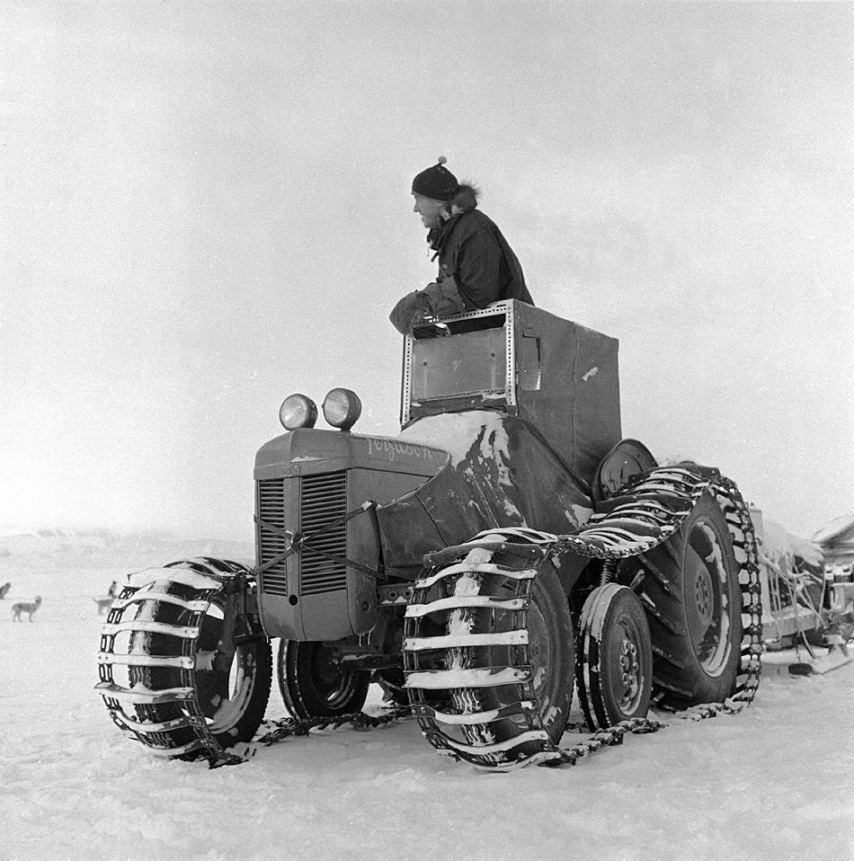Sir Edmund Hillary auf einem Traktor auf dem Weg nach Cape Crozier während der Transantarktis Expedition. (Foto wahrscheinlich von Geoffrey Lee Martin ©Antarctica New Zealand Pictorial Collection, 30572, 1956 – 1958)