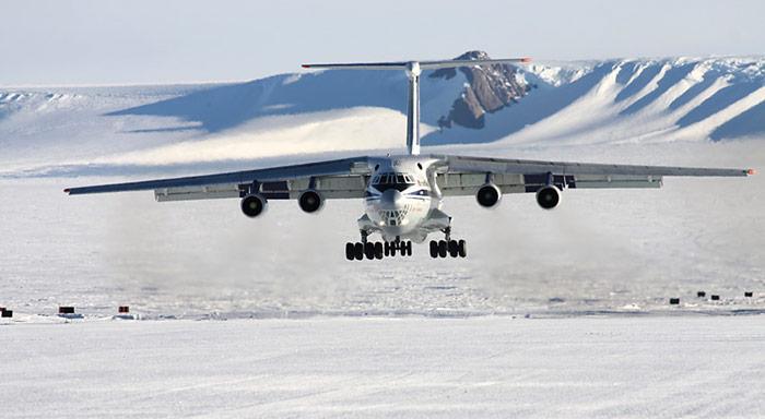 Eine russische Iljuschin-76 beim Landeanflug auf Troll. Dieses robuste Frachtflugzeug wurde bis anhin für Transporte eingesetzt und wird nun teilweise durch die B737 der Privat Air ersetzt.