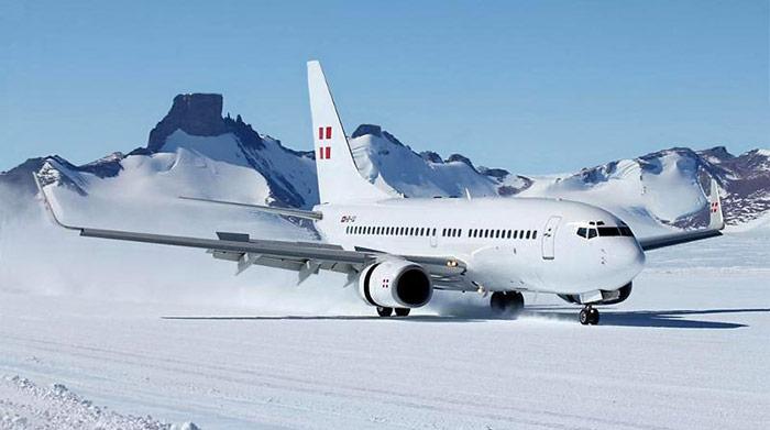 Erstmals Landet am 28. November 2012 eine Boeing B-737 auf dem Eis der Antarktis.