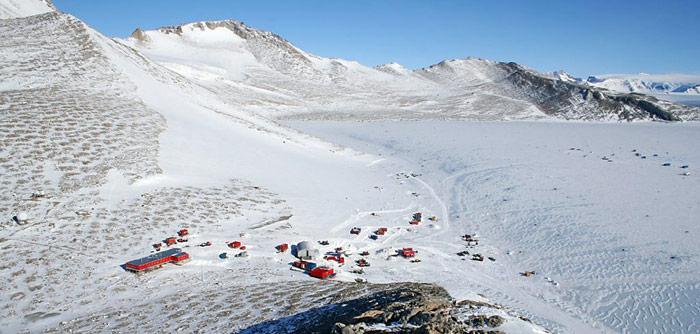 Die Forschungsstation Troll wurde während der norwegischen Expedition 1989–1990 erbaut. Seit 2005 ist die Station ganzjährig besetzt. Im Gegensatz zu anderen Forschungsstationen ist Troll auf einem schneefreien Abhang gebaut.
