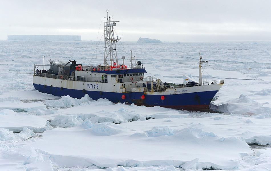 Das beschädigte Fischereischiff liegt vom Eis umschlossen in der Antarktis nahe Kap Burks. Das Bild wurde von der Crew der «Polar Star» eine Woche nach dem Unfall gemacht. So lange musste das Schiff wegen den riesigen Distanzen und dem Eis auf Hilfe warten. (Foto: U.S. Coast Guard / George Degener)