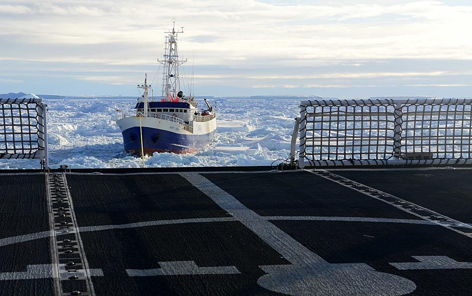 Die «Antarctic Chieftain» wird durch das Meereis der Antarktis gezogen. (Foto: US Coast Guard / George Degener)