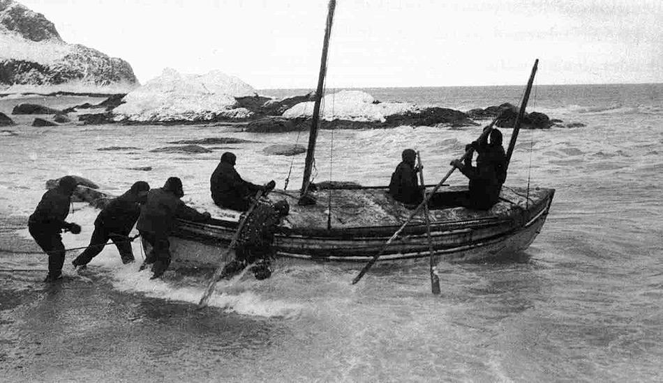 In einem verzweifelten Versuch, Hilfe zu organisieren, liess Sir Ernest Shackleton eines der Rettungsboote seetüchtig machen und segelte mit fünf Männern in nur 16 Tagen von Elephant Island nach Südgeorgien. Bild: Frank Hurley