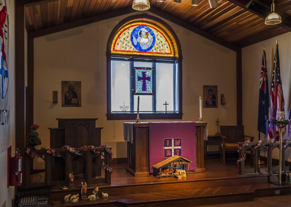 Das Innere der Kapelle des Schnees auf der Rossinsel mit dem Buntglasfenster, dass die Umrisse der Antarktis zeigt (Foto: Tsy1980, Wikipedia)
