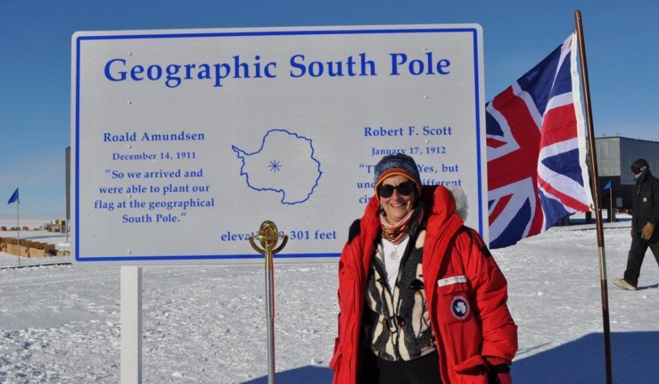 Dieses Bild der bekannten Glaziologin Prof. Julie Palais wurde im Rahmen des 100. Jahrestages von Sir Robert Falcon Scotts Ankunft am Südpol am 17. Januar 1912 gemacht. (Photo: Julie Palais)