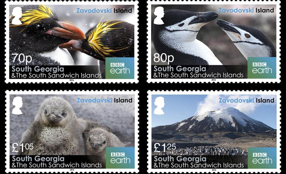 Die von der Regierung von Südgeorgien und den Südlichen Sandwichinseln herausgegebene Briefmarkenserie zeigt Goldschopf-Pinguine, Zügelpinguine und ihre Küken und Mt Curry, den Vulkankegel im Westen der Insel.
