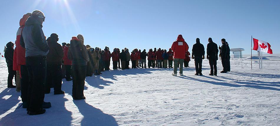 Zum Gedenken an die Unfallopfer kamen am Südpol etwa 75 Menschen zusammen, darunter drei Kenn Borek Kollegen. Für einen Moment der Stille wurde die amerikanische Flagge für einen Tag durch eine kanadische ersetzt.