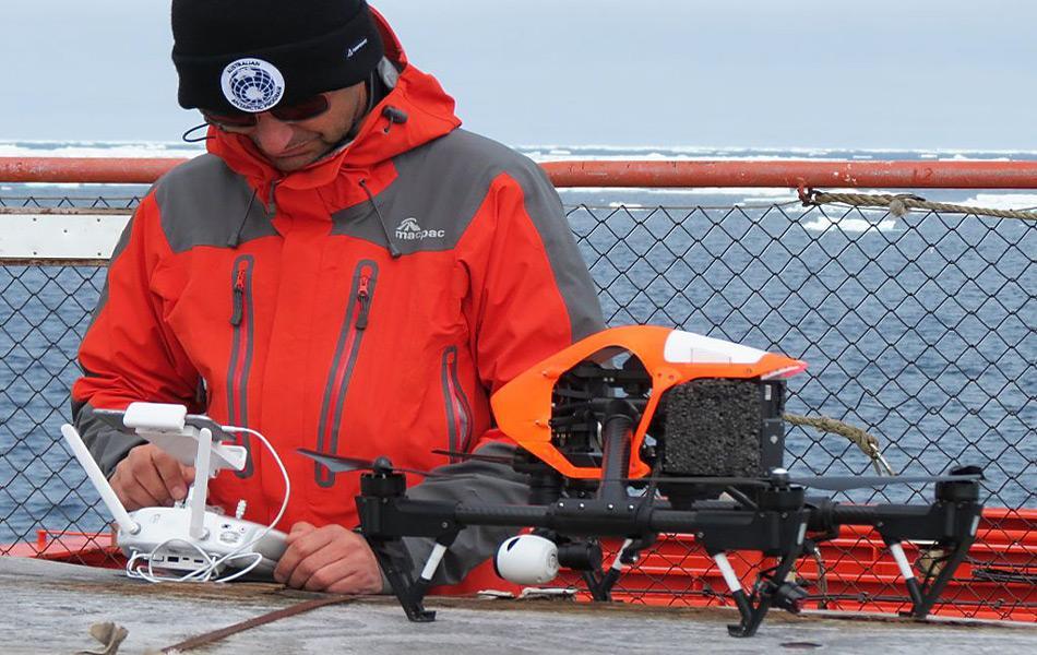 Drohnen benötigen wie jedes Fluggerät auch eine Vorbereitungszeit vor dem Start. Diese Vorbereitungen sind essentiell für einen erfolgreichen Flug, dauern aber weniger als bei konventionellen Fluggeräten.