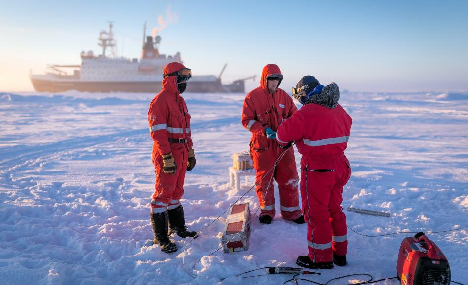 Wissenschaftler des AWI nahmen Eisproben um die Dicke und die Eiskonsistenz zu untersuchen. Ihr Modell zur Ausdehnung zeigt sich ziemlich akkurat. Bild: Stefan Hendricks