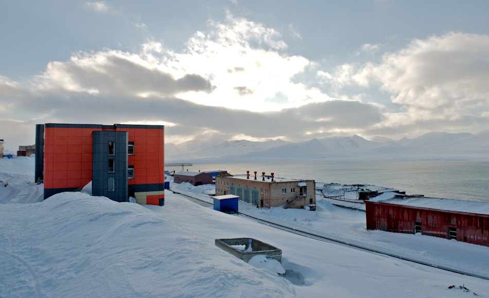 Die russische Siedlung Barentsburg liegt auf der südlichen Seite des Isfjords. Die 1932 gegründete Siedlung beheimatet 492 Menschen und lebt vor allem vom Kohleabbau. Haupteigentümerin ist die russische Firma Trust Arktikugol, der auch der Hubschrauber gehört. Bild: Michael Wenger