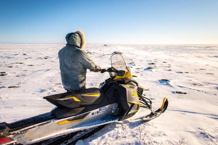 Inuit benutzen häufig Motorschlitten. Die Witterungsverhältnisse, insbesondere die Temperatur,