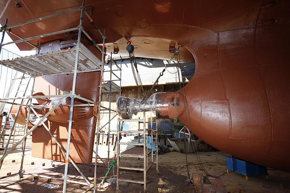 Da fehlt aber noch was! Die Antriebswelle der MV «Plancius» musste ersetzt werden. Kurz vor der Abfahrt in Richtung Spitzbergen wurde dann noch die Antriebsschraube montiert.