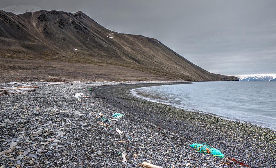 Geschätzte 100'000 Tonnen Plastikmüll enden jedes Jahr im Arktischen Ozean. Ein erheblicher Teil davon wird an die Strände Svalbards geschwemmt und bedroht dort Tiere und die Umwelt. Foto: Alex Chavanne