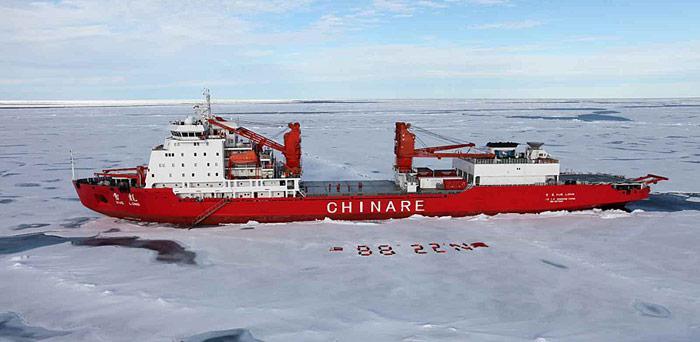 Flagge zeigen am Nordpol – am 20. Juli 2010 erreichte der chinesische Eisbrecher Xue Long 88,22 Grad nördlicher Breite und 177,20 Grad westlicher Länge, den Rest bewältigten die Wissenschaftler per Hubschrauber.