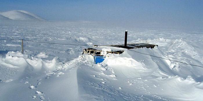 Während der Zeit der Arbeiten auf dem See mussten die Wissenschaftler gegen extreme Bedingungen kämpfen, so waren gelegentlich die Unterkünfte völlig eingeschneit.
