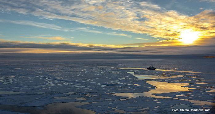 Polarstern in der Zentralarktis (Position ca. 83° N, 130° O). Die AWI-Forscher haben gemessen, dass überwiegend einjähriges dünnes Meereis die Arktis im Sommer 2012 dominiert. Die Eisdecke ist von offenen Wasserflächen durchzogen, auf dem Meereis finden sich viele Schmelztümpel.