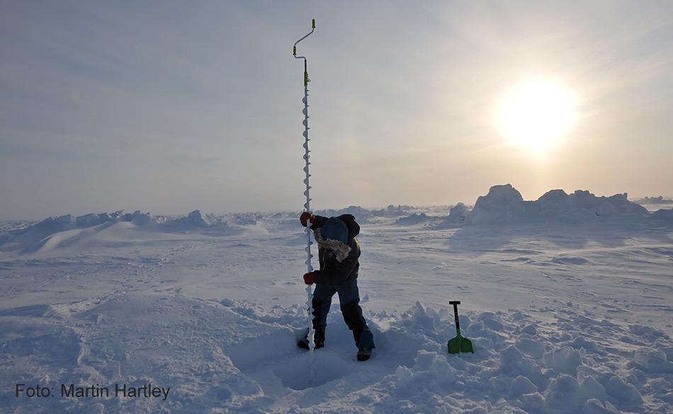 Forscher können die Eisdicke auch durch Bohren von Löchern im Meereis messen. Diese Methode ist nicht ein sehr effizienter Weg um die Dicke über Millionen von Quadrat-Kilometer des arktischen Meereises zu messen.
