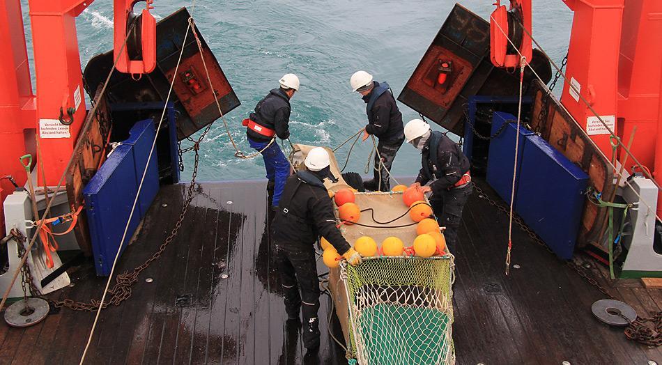 Die Mannschaft des Forschungsschiffes «Heincke» lässt den Fischlift zu Wasser. Der Fischlift ist ein Fangbehälter, der die Gefahr vermindert, dass die Fische beim Fang verletzt werden. Foto: K Bär, AWI