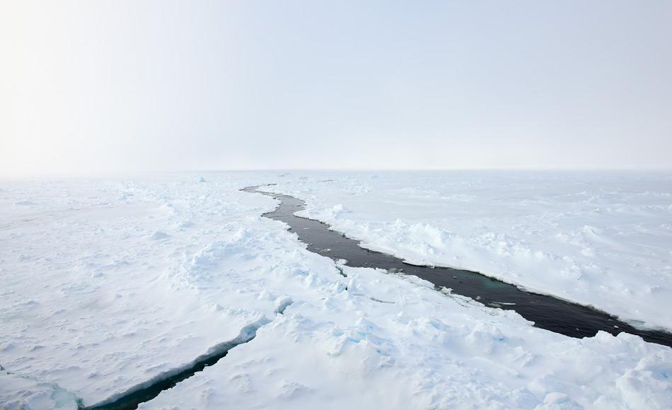 Die arktische Meereisdecke ist keine komplett geschlossene Decke, sondern von Rinnen durchzogen. Diese haben in den letzten Jahrzehnten durch den Klimawandel zugenommen. Bild: Michael Wenger