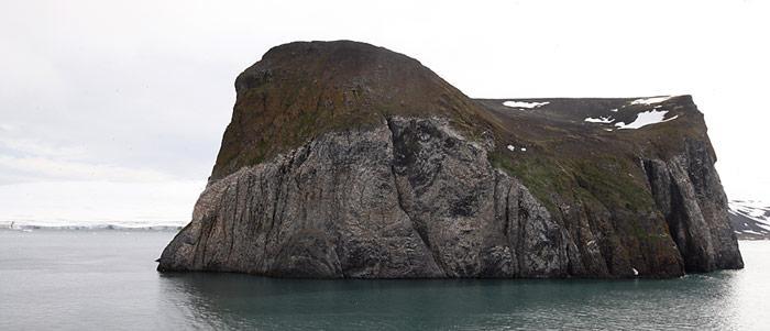Der Rubini Rock in der Tichaja Bucht ist der grösste Vogelfelsen des Archipels und Brutplatz von Dickschnabellummen, Dreizehenmöwen, Gryllteisten und Eismöwen.