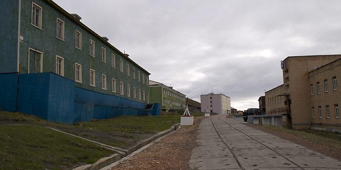 Die trostlosen Gebäude von Barentsburg sollen durch Künstlerhand etwas Lebensfreude in der Ort bringen.