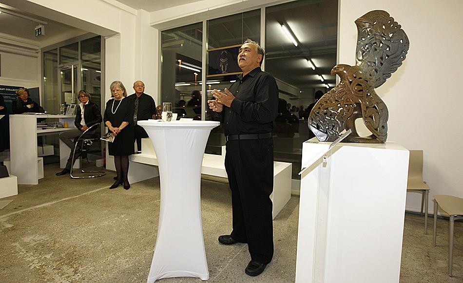Abraham Anghik Ruben bei der Begrüssung. Gespannt hörten über 100 Besucher seinen Erzählungen zu.